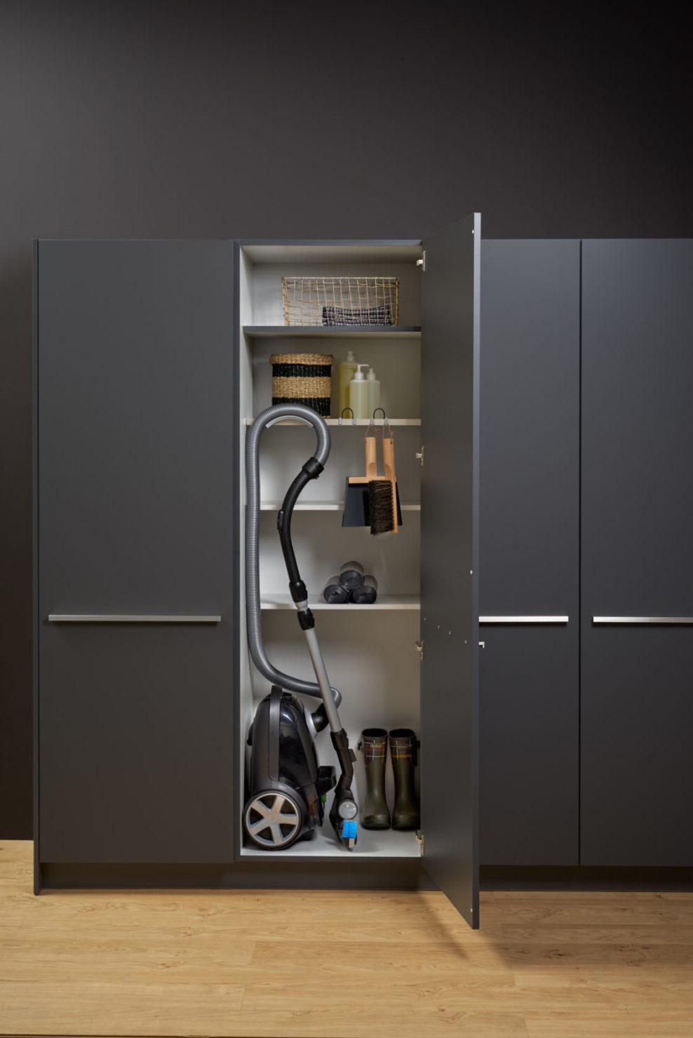 neue leicht k chenschr nke hauswirtschaftsschrank apothekerauszug k chenhaus thiemann. Black Bedroom Furniture Sets. Home Design Ideas