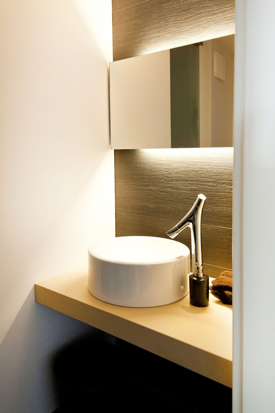 badezimmerm bel wei hochglanz und echtholz sitzbank g ste wc k chenhaus thiemann overath. Black Bedroom Furniture Sets. Home Design Ideas