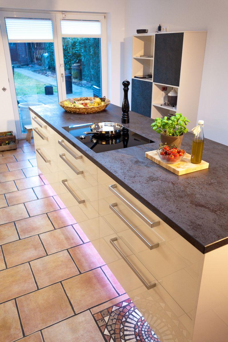 Berbel Skyline über Kücheninsel in heller großer Küche mit ...