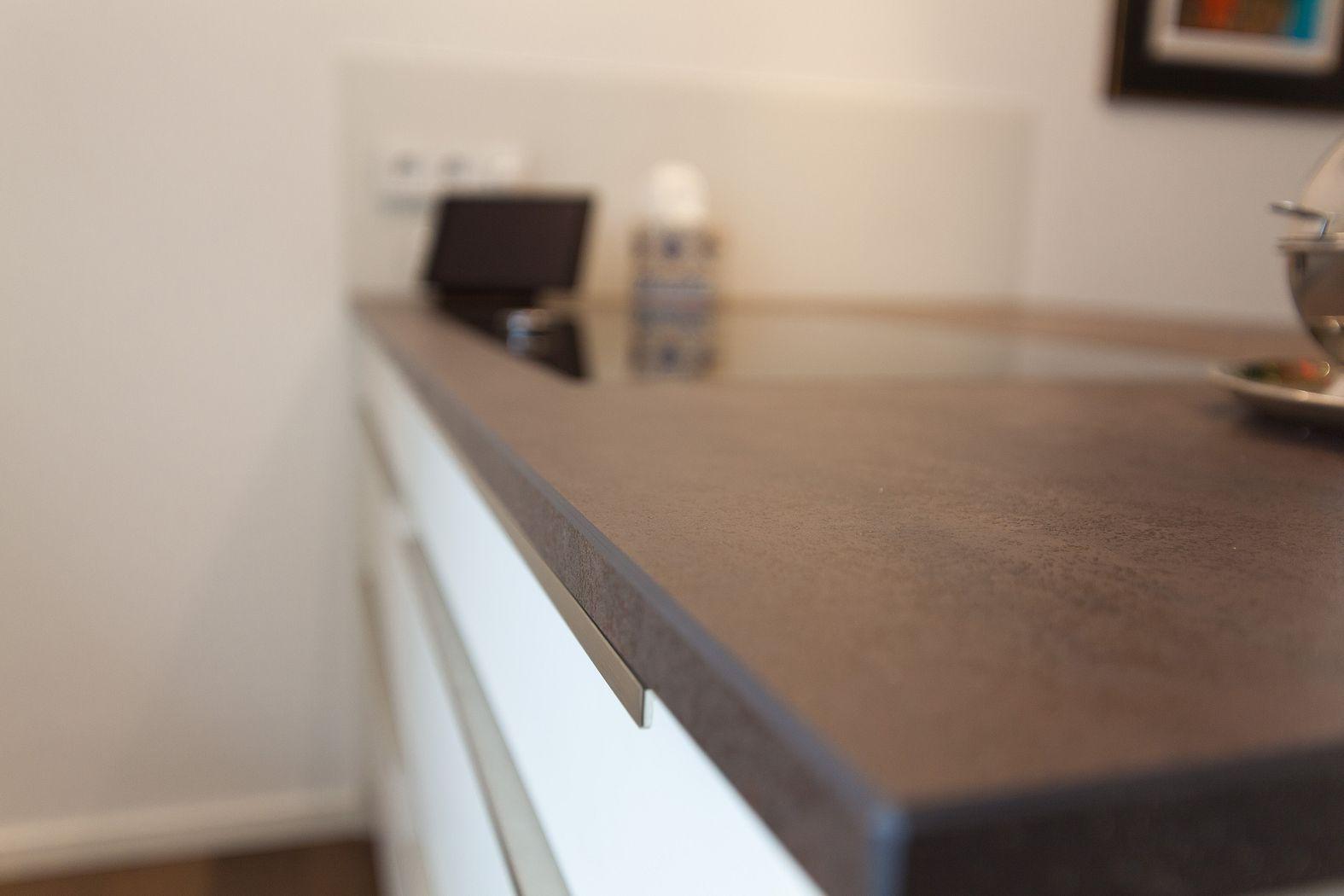 Design küche mit kochinsel, keramikarbeitsplatte und berbel ...