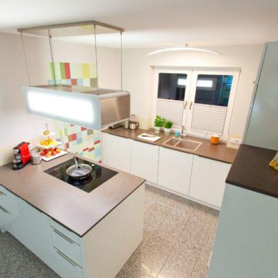 design k che in wei mit k chenblock granit arbeitsplatte berbel dunstabzug k chenhaus. Black Bedroom Furniture Sets. Home Design Ideas