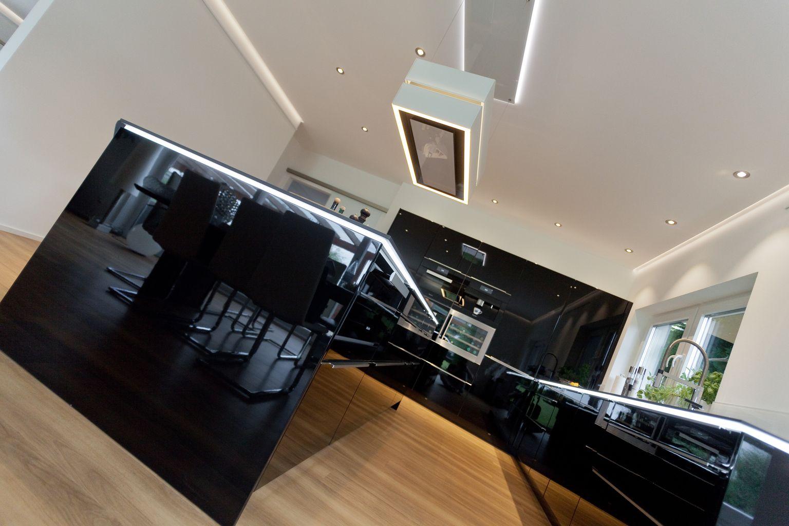 Designküche hochglanz schwarz mit kochinsel, naturstein ...