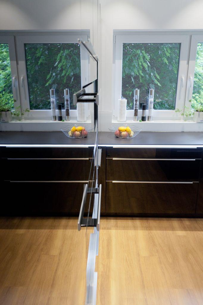 designk che hochglanz schwarz mit kochinsel naturstein arbeitsplatte berbel dunstabzug uvm. Black Bedroom Furniture Sets. Home Design Ideas