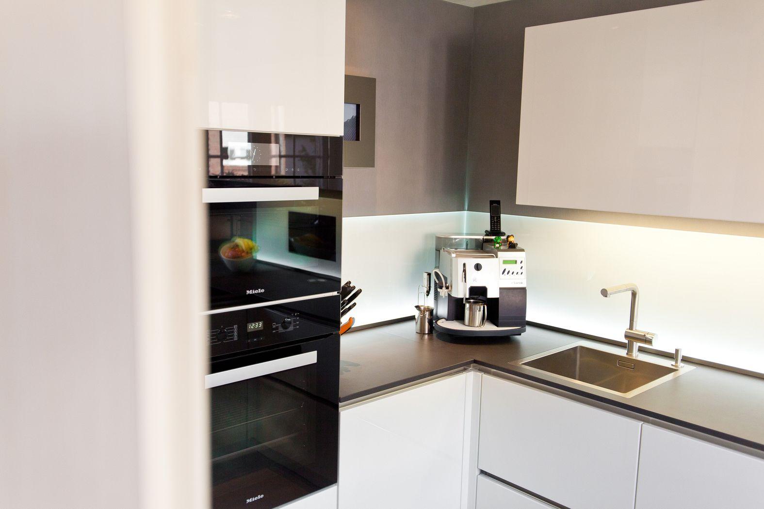 Designküche Hochglanz weiß mit integriertem Fernseher mit ...