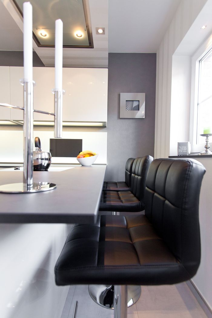 designk che hochglanz wei mit integriertem fernseher mit glasr ckwand und keramikplatte. Black Bedroom Furniture Sets. Home Design Ideas