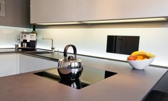 designkueche-hochglanz-weiss-fernseher-keramik-glas_66