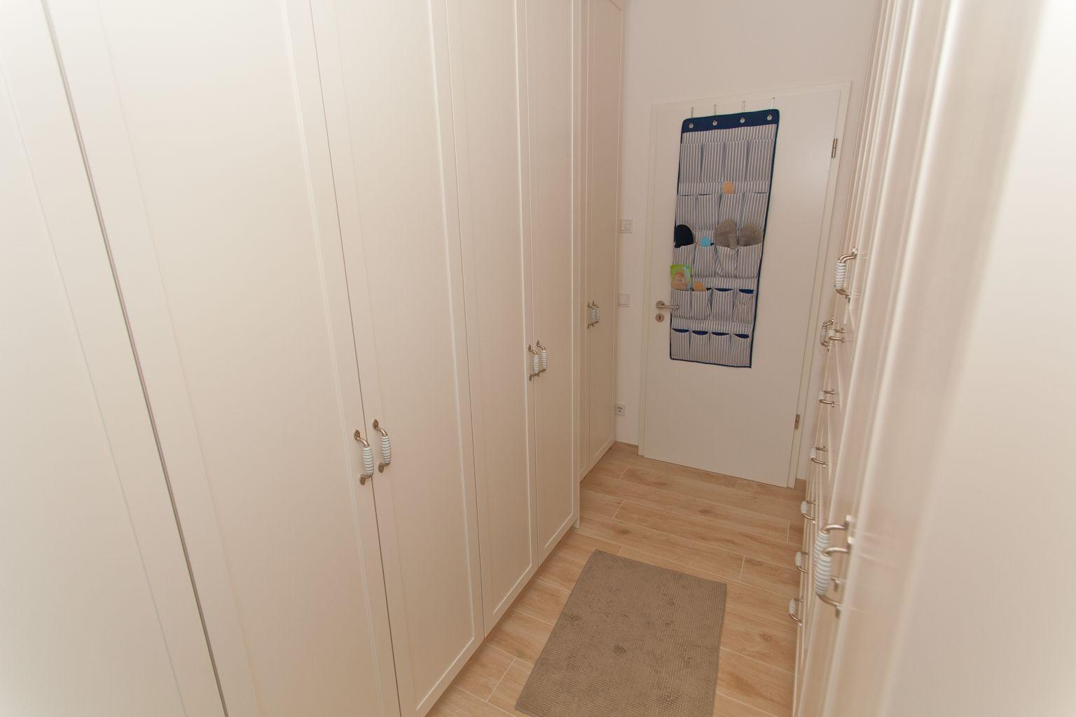 Begehbarer kleiderschrank stars  Einbau-Kleiderschrank / Begehbarer Kleiderschrank im schmalen Raum ...