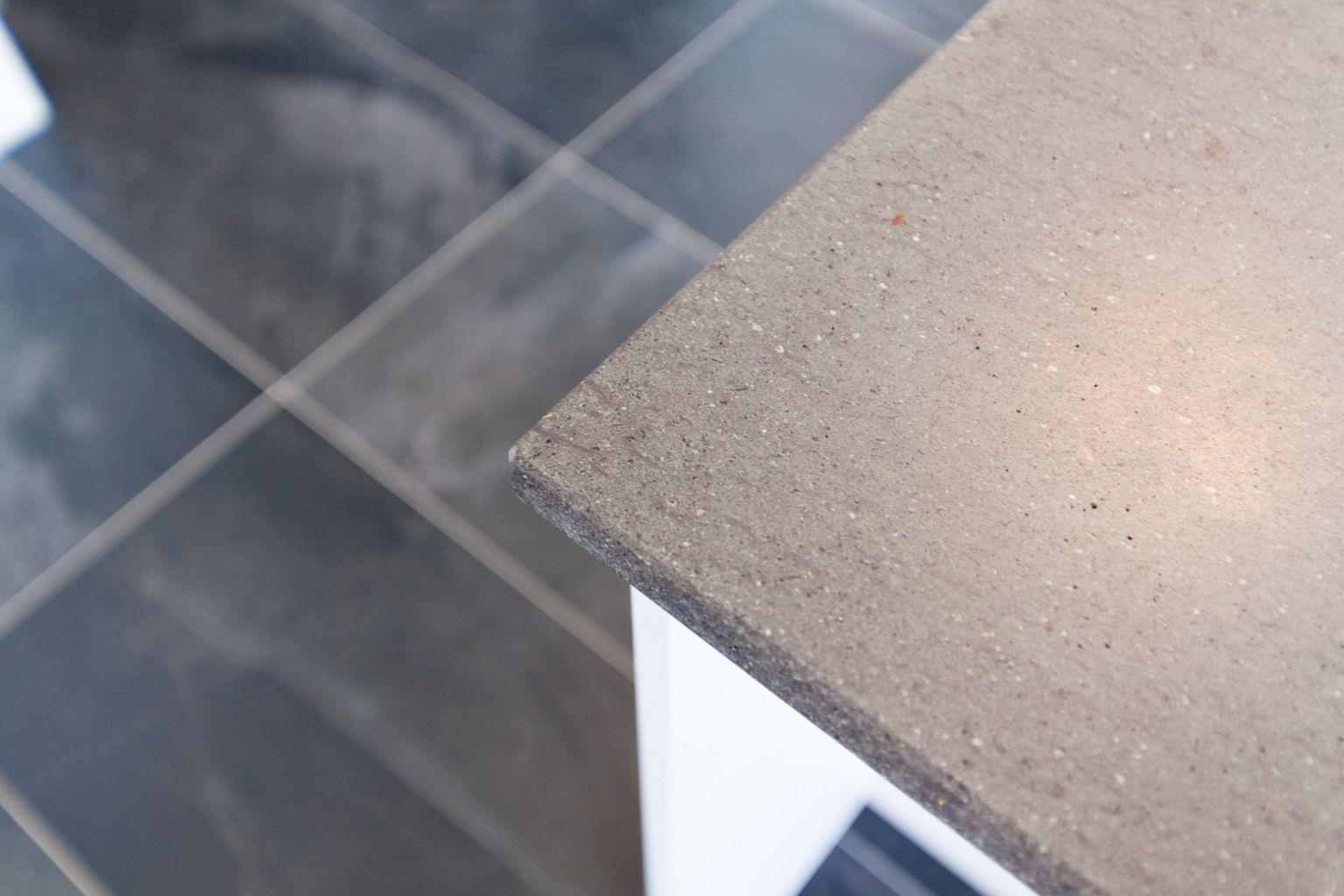 Funktionale klassik küche in weiß mit naturstein arbeitsplatte und ...