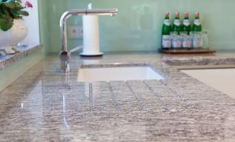 granit-arbeitsplatte-kueche-naturstein