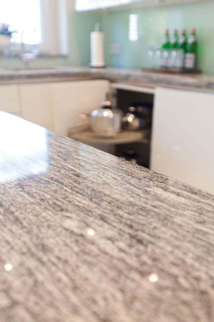 granit arbeitsplatte mit wei en fronten moderne klassik k che grifflos k chenhaus thiemann. Black Bedroom Furniture Sets. Home Design Ideas