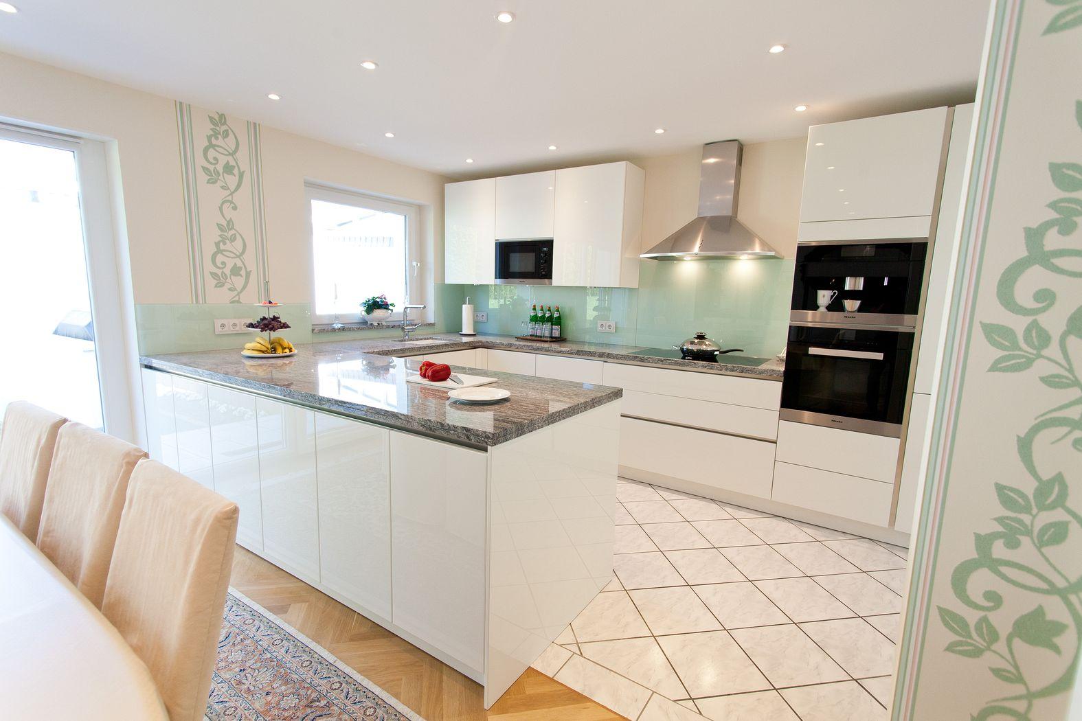 Granit arbeitsplatte mit weißen fronten – moderne klassik küche ...