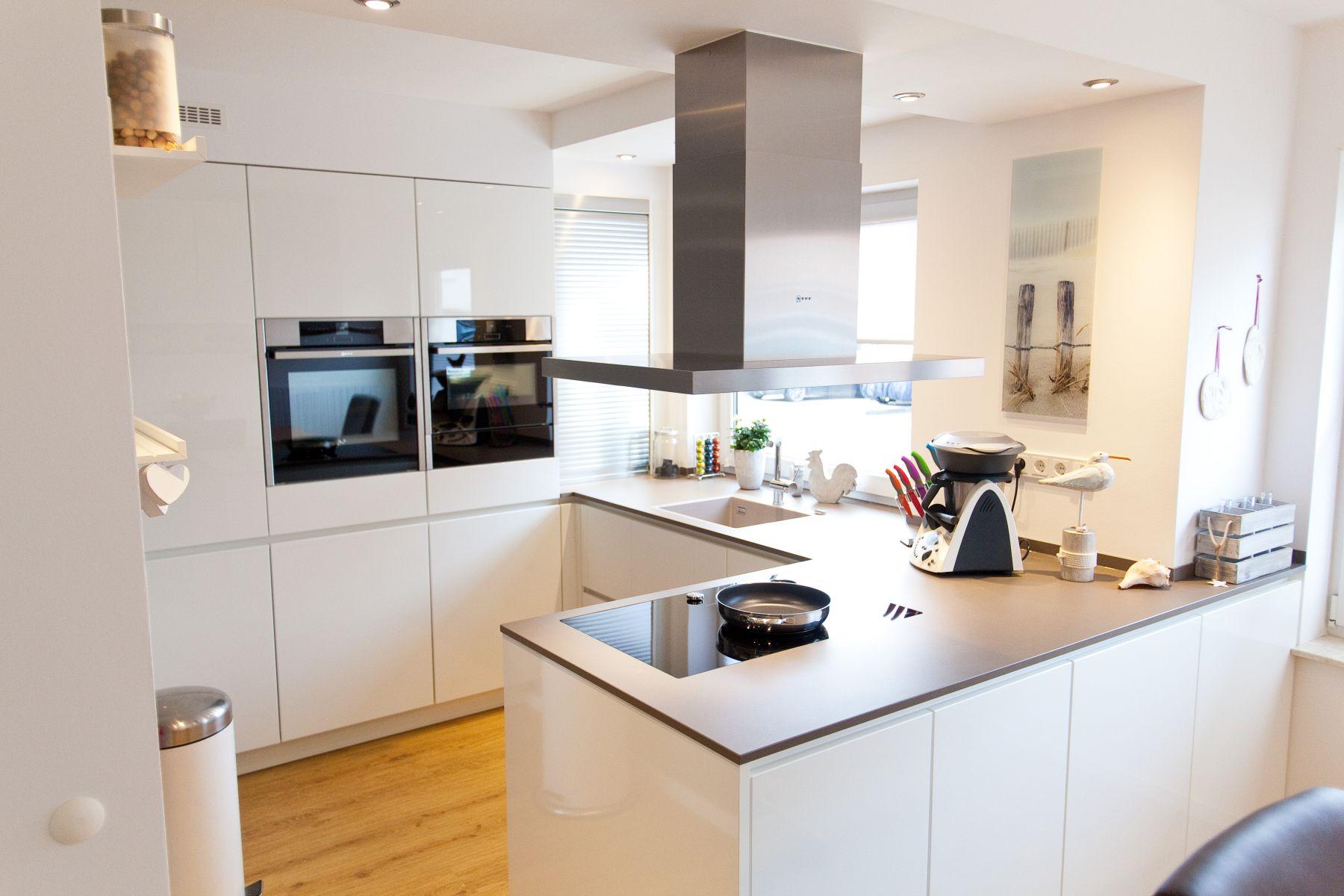 granit arbeitsplatte auf weißer küche im modernen design mit neff