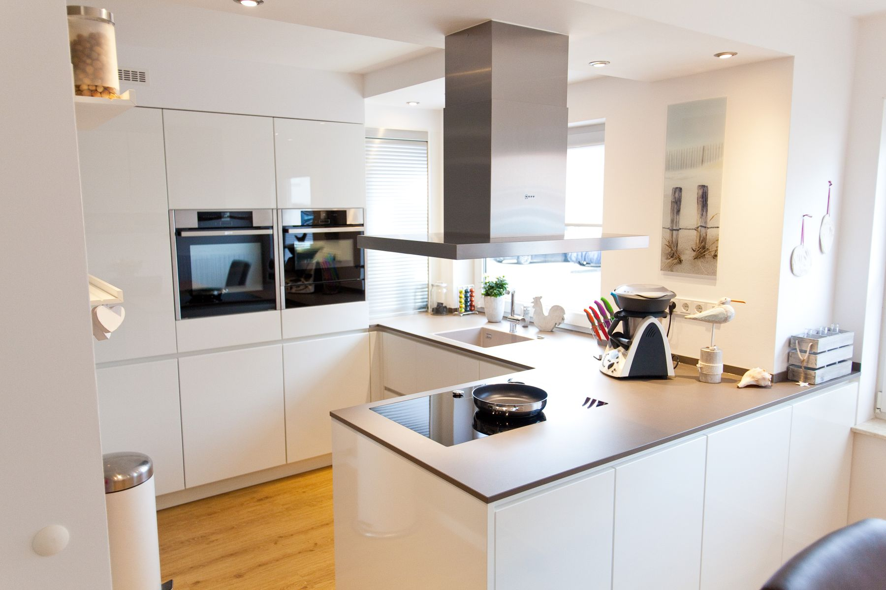 granit arbeitsplatte auf wei er k che im modernen design. Black Bedroom Furniture Sets. Home Design Ideas