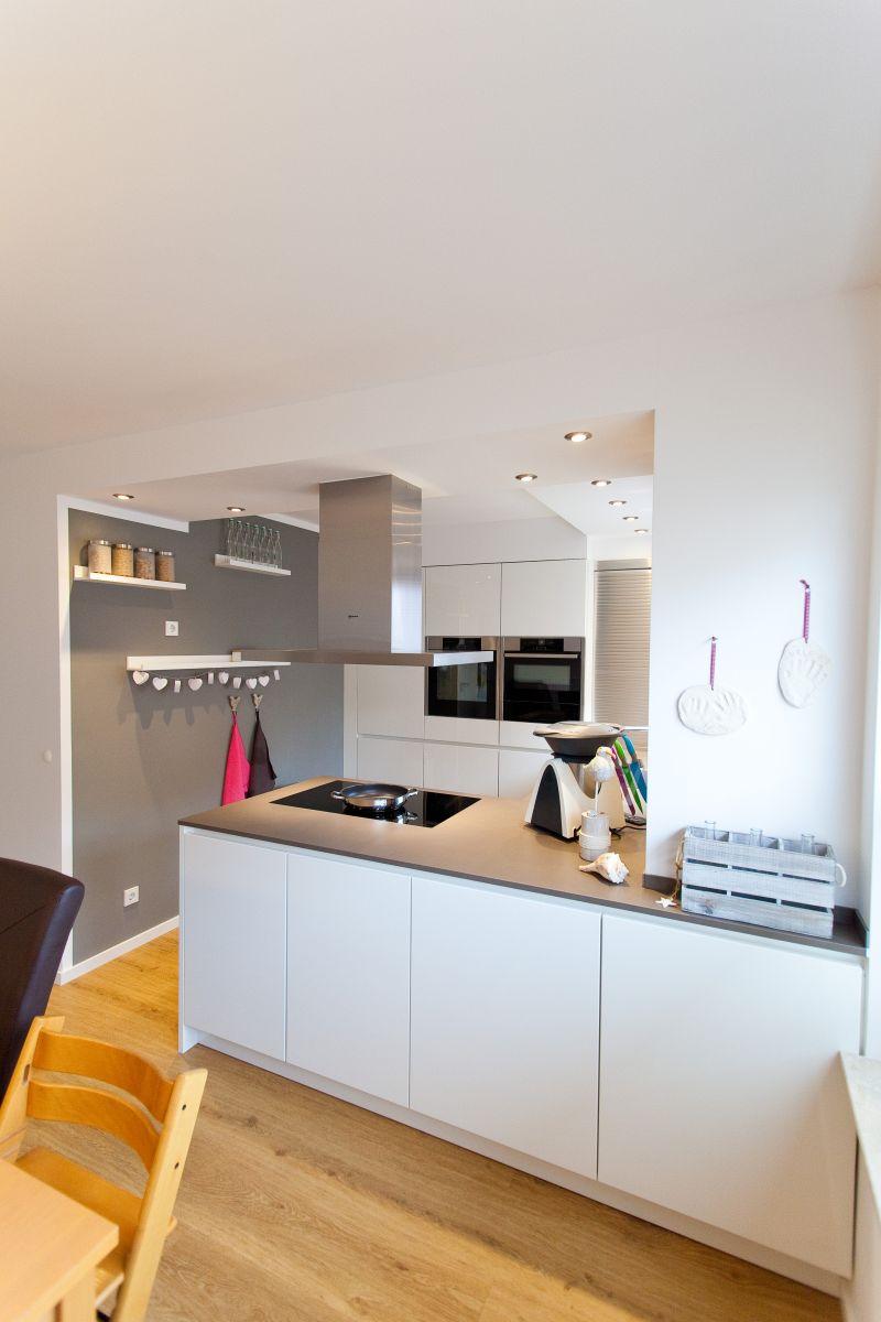 granit arbeitsplatte auf wei er k che im modernen design mit neff k chenger ten k chenhaus. Black Bedroom Furniture Sets. Home Design Ideas