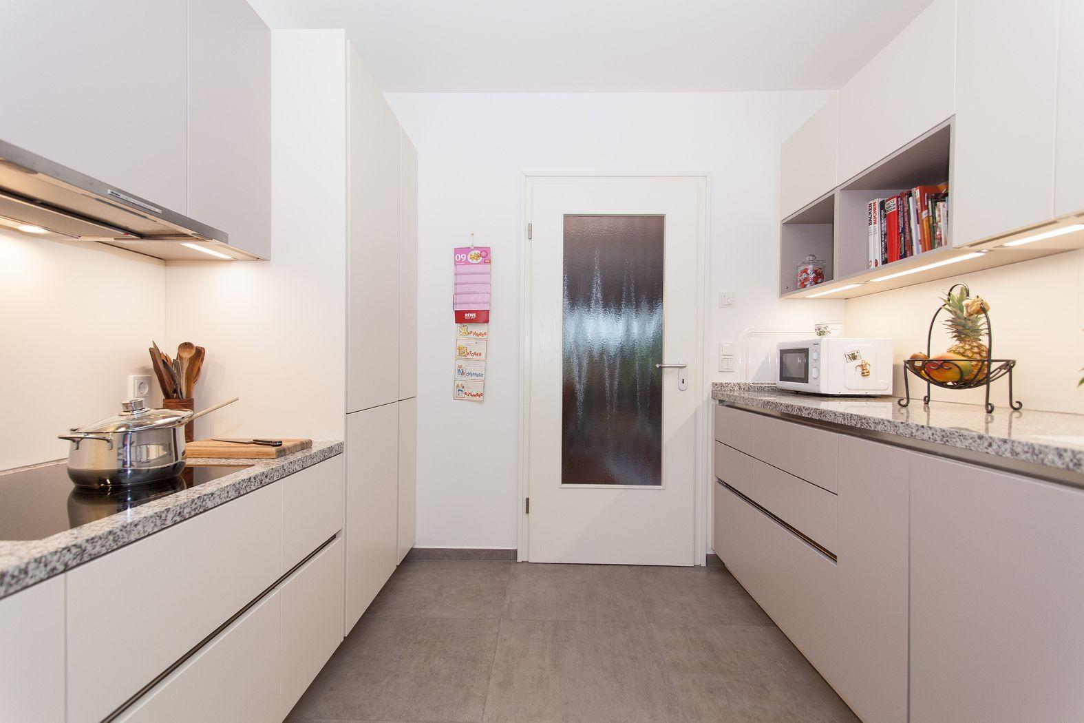 Küchenzeilen  Klassik Küche mit zwei Küchenzeilen und abgesenkter Keramik ...