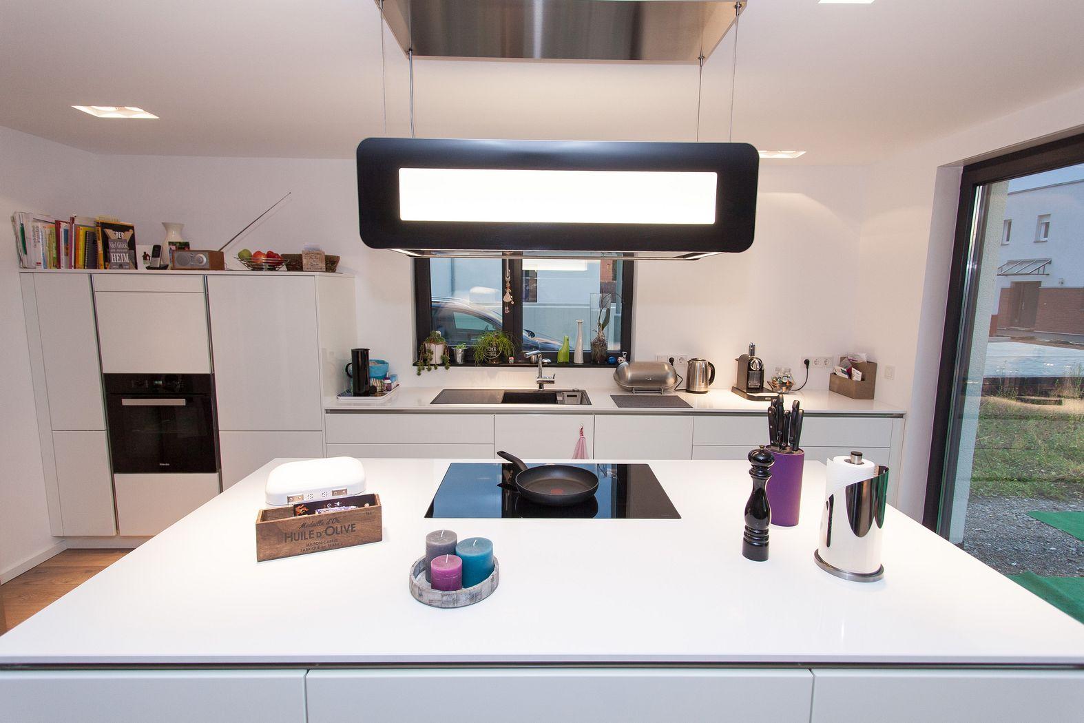 Grifflose Küche in weiß mit Kochinsel und berbel Skyline ...