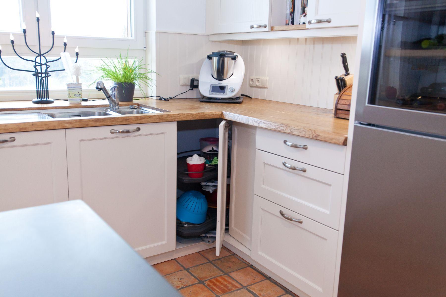 Grosse landhauskuche in weiss mit kuchenblock und grauwacke for Landhausküche weiss