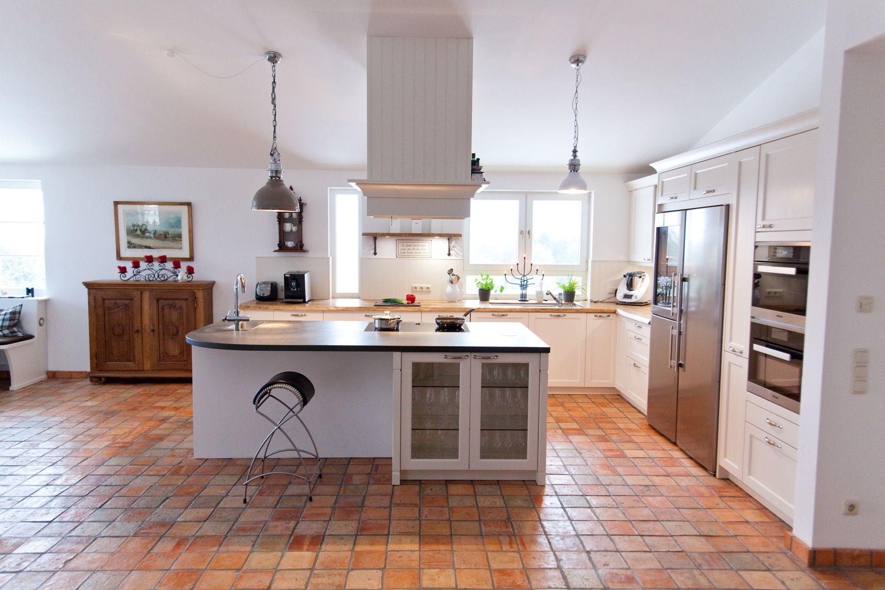 Große Landhausküche in weiß mit Küchenblock und Grauwacke ... | {Landhausküche weiß 92}