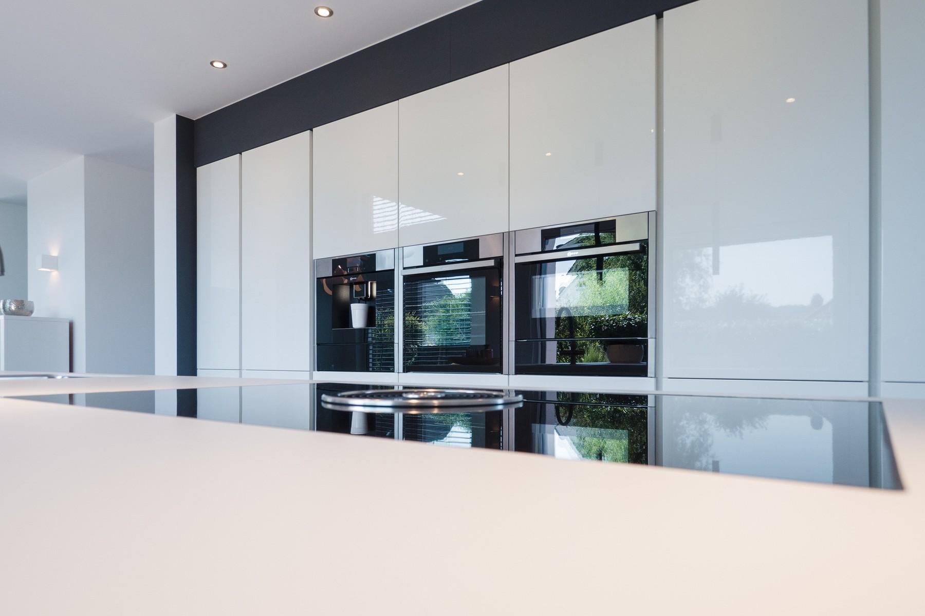 Weiße Häcker Küche grifflos mit Kochinsel in Lack weiß Hochglanz