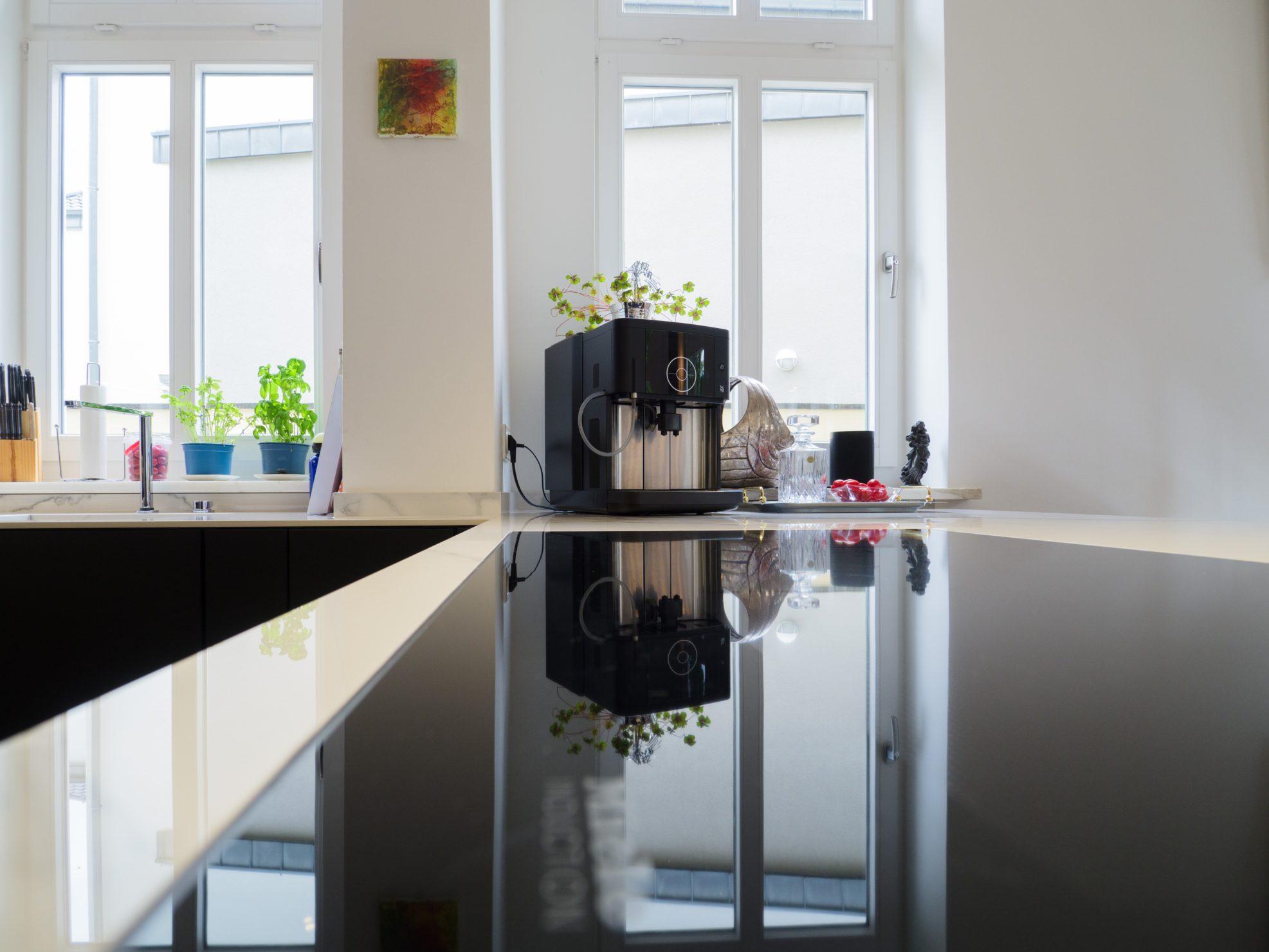 Haecker Kueche Grifflos Schwarz Matt Keramik Arbeitsplatte Marmor Optik Verspiegelter Einbauschrank Eigener Fertigung Siemens Miele Geraeten 10