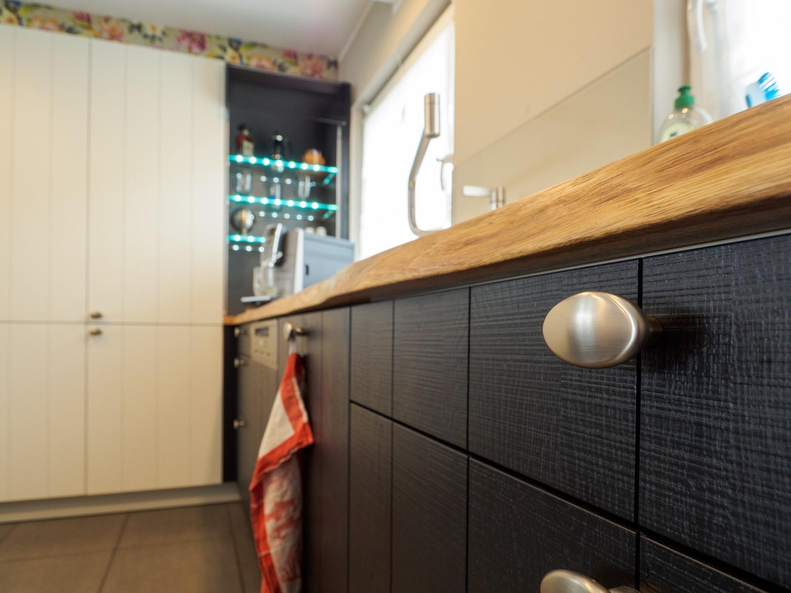 Häcker Küche Eiche massiv in schwarz und weiß, Arbeitsplatte mit ...