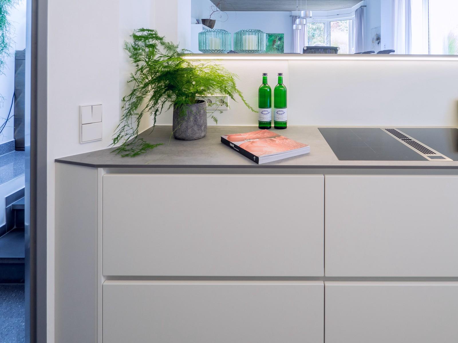 Helle Grifflose Kueche Lack Matt Weiss Keramikarbeitsplatte Miele Elektrogeraeten Bora Classic Muldenluefter 14