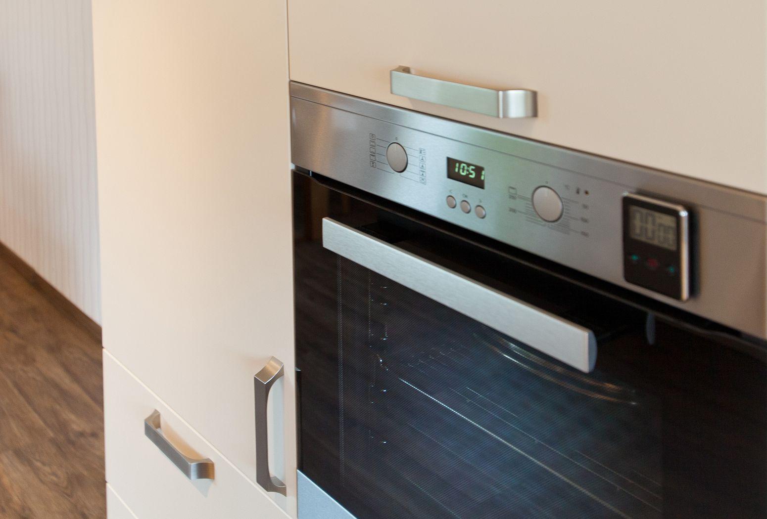 Klassik Küche Häcker weiß modern mit Holzoptik und roter ...