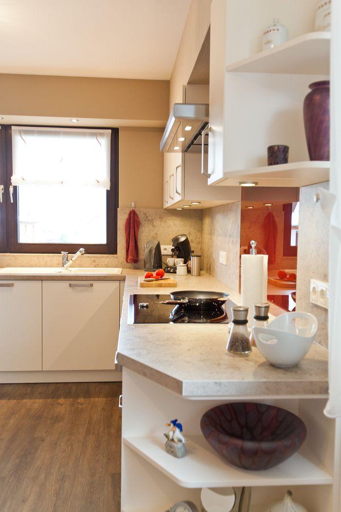 klassik küche häcker weiß modern mit holzoptik und roter