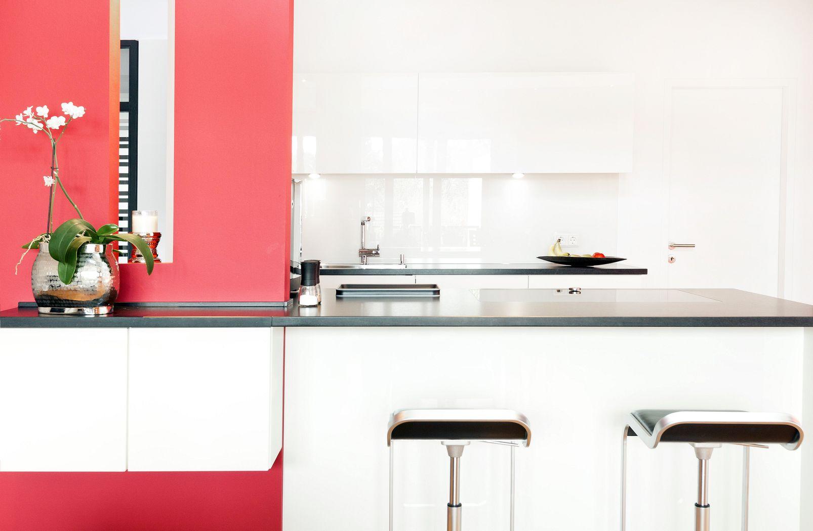 kochinsel mit theke in wei er grifflosen leicht k che und naturstein k chenhaus thiemann. Black Bedroom Furniture Sets. Home Design Ideas