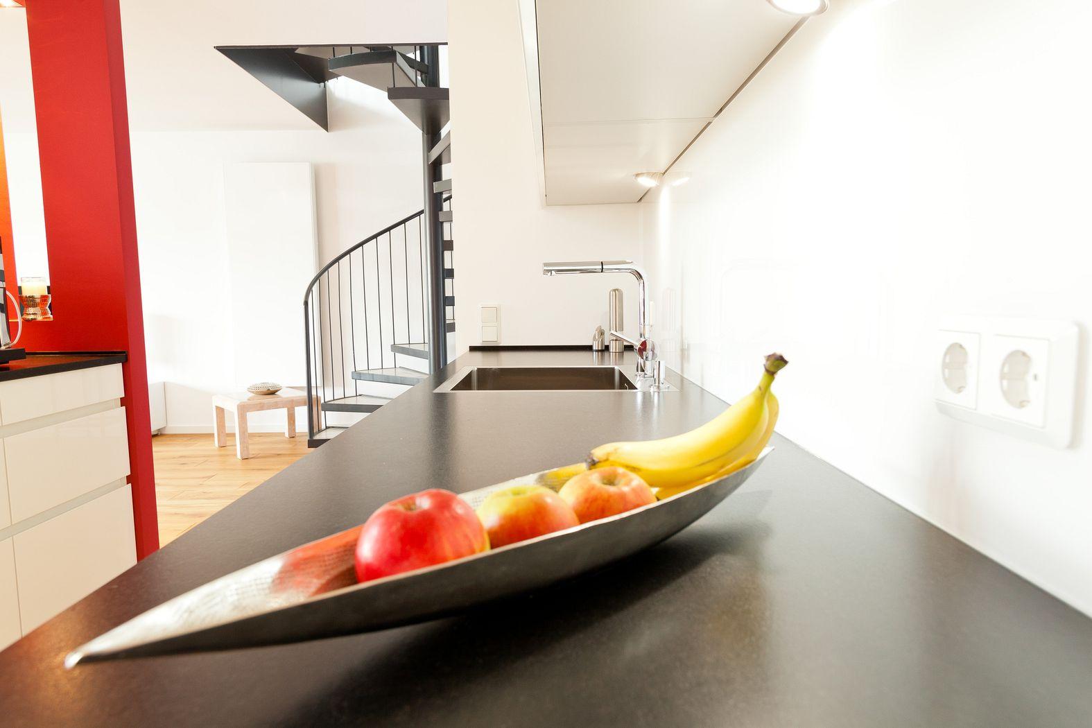 Kochinsel mit Theke in weißer grifflosen Leicht Küche und ... | {Leicht küchen weiß 79}