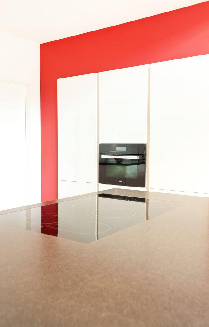Kochinsel mit Theke in weißer grifflosen Leicht Küche und ...