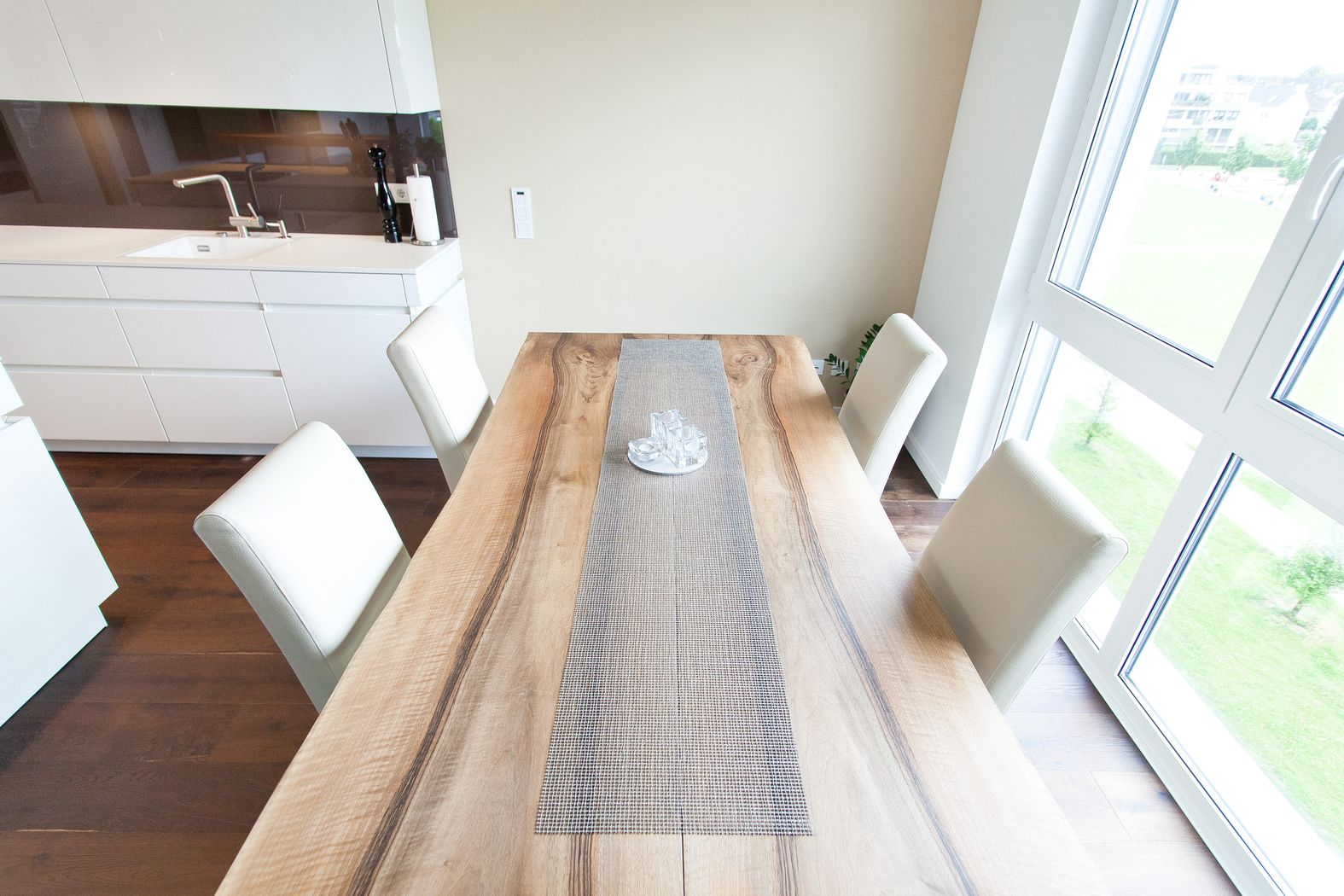 weisse kueche mit kochinsel   badezimmer & wohnzimmer