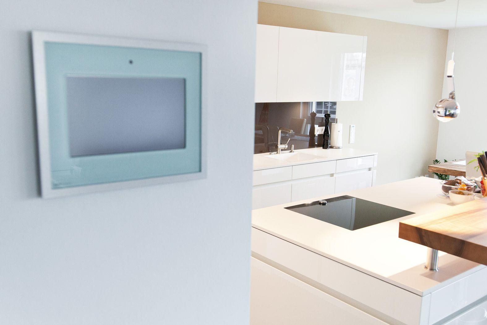 Kochinsel küchentraum in hochglanz weiß mit theke und modernster ...