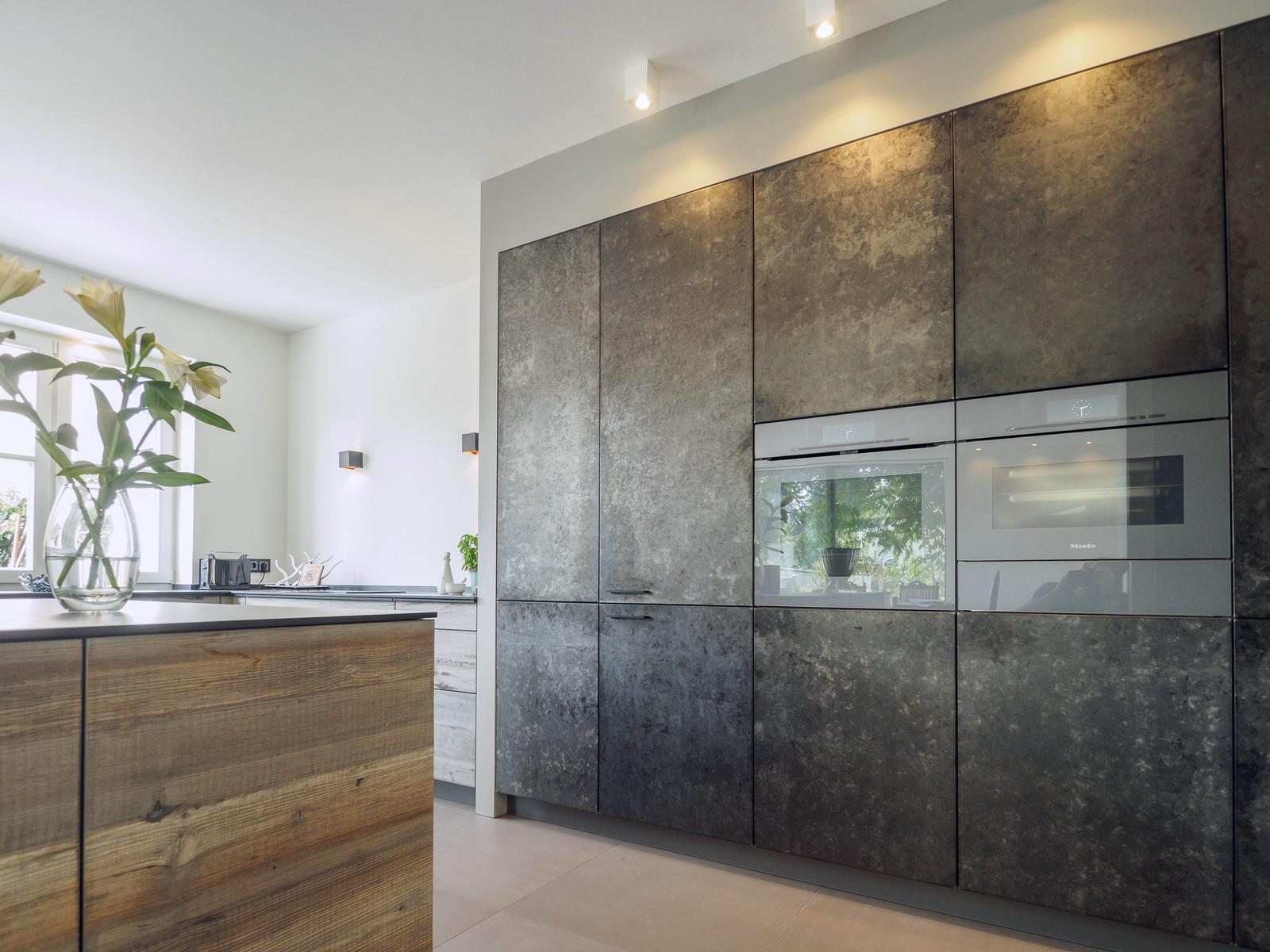 Kueche Exklusiv Design Fronten Holz Furnier Sonnenverbrannt Stahl Keramik Arbeitsplatte Miele 11
