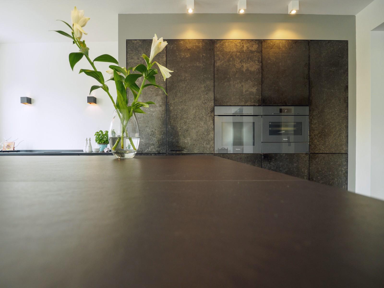 Kueche Exklusiv Design Fronten Holz Furnier Sonnenverbrannt Stahl Keramik Arbeitsplatte Miele 16