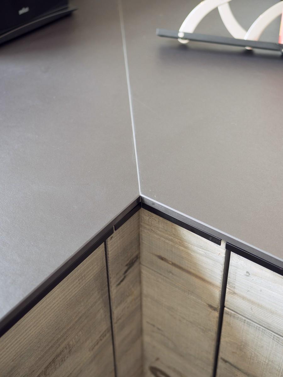 Kueche Exklusiv Design Fronten Holz Furnier Sonnenverbrannt Stahl Keramik Arbeitsplatte Miele 30