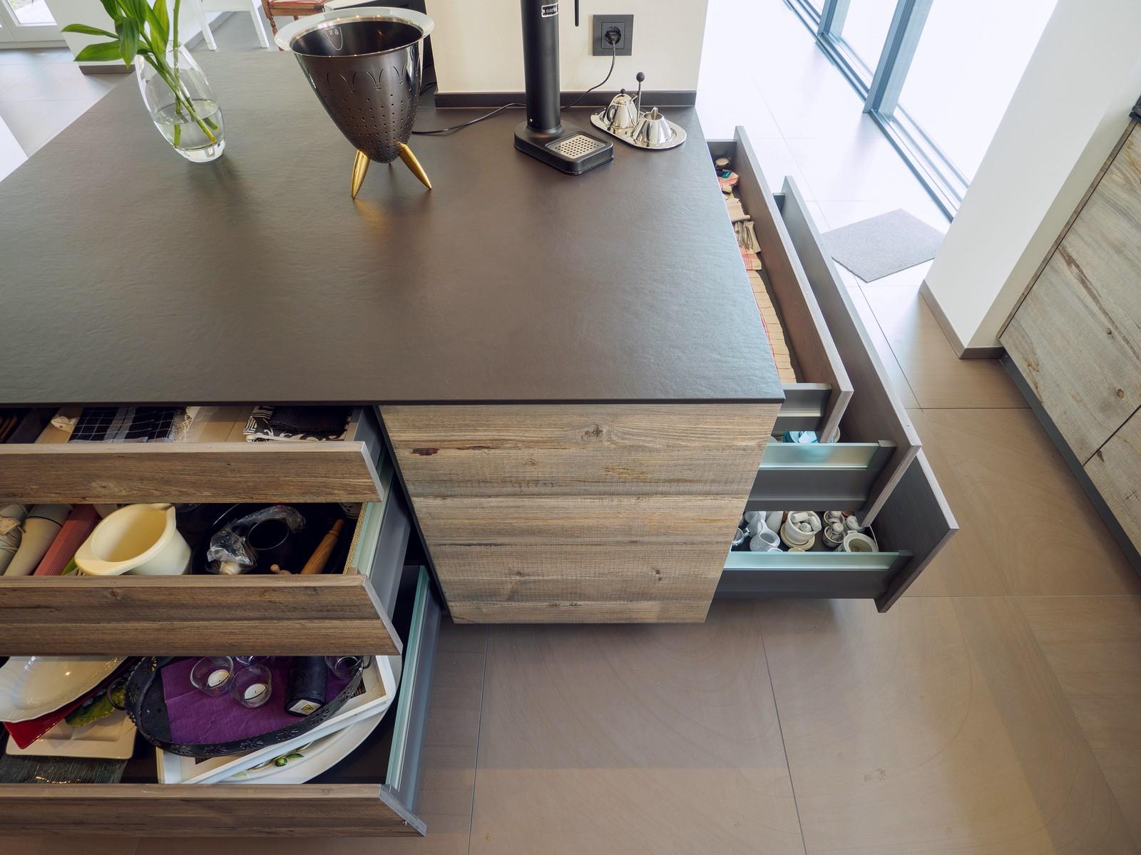 Kueche Exklusiv Design Fronten Holz Furnier Sonnenverbrannt Stahl Keramik Arbeitsplatte Miele 39