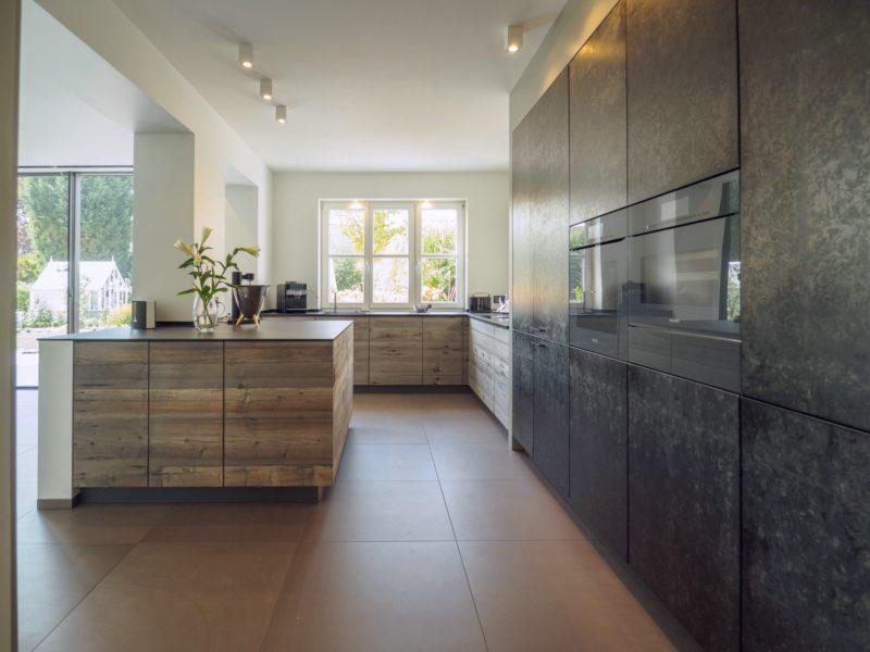 Kueche Exklusiv Design Fronten Holz Furnier Sonnenverbrannt Stahl Keramik Arbeitsplatte Miele 45