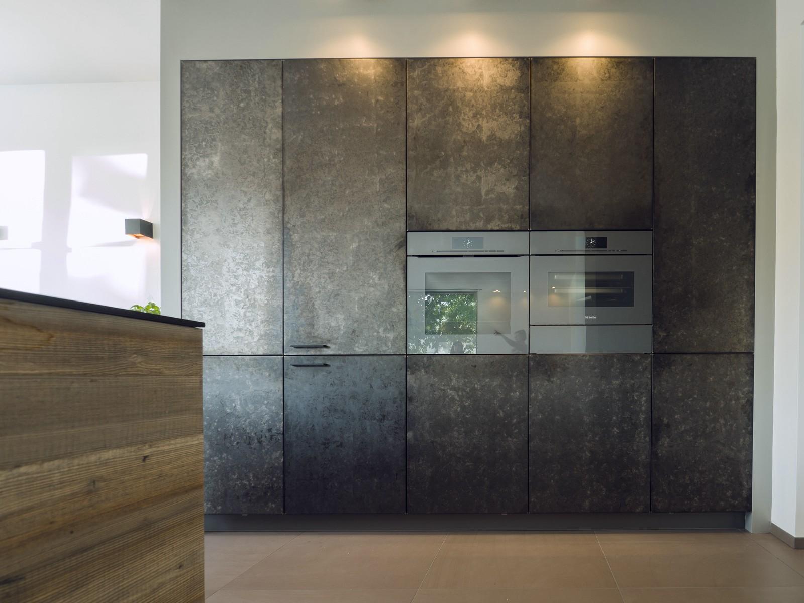 Kueche Exklusiv Design Fronten Holz Furnier Sonnenverbrannt Stahl Keramik Arbeitsplatte Miele 50