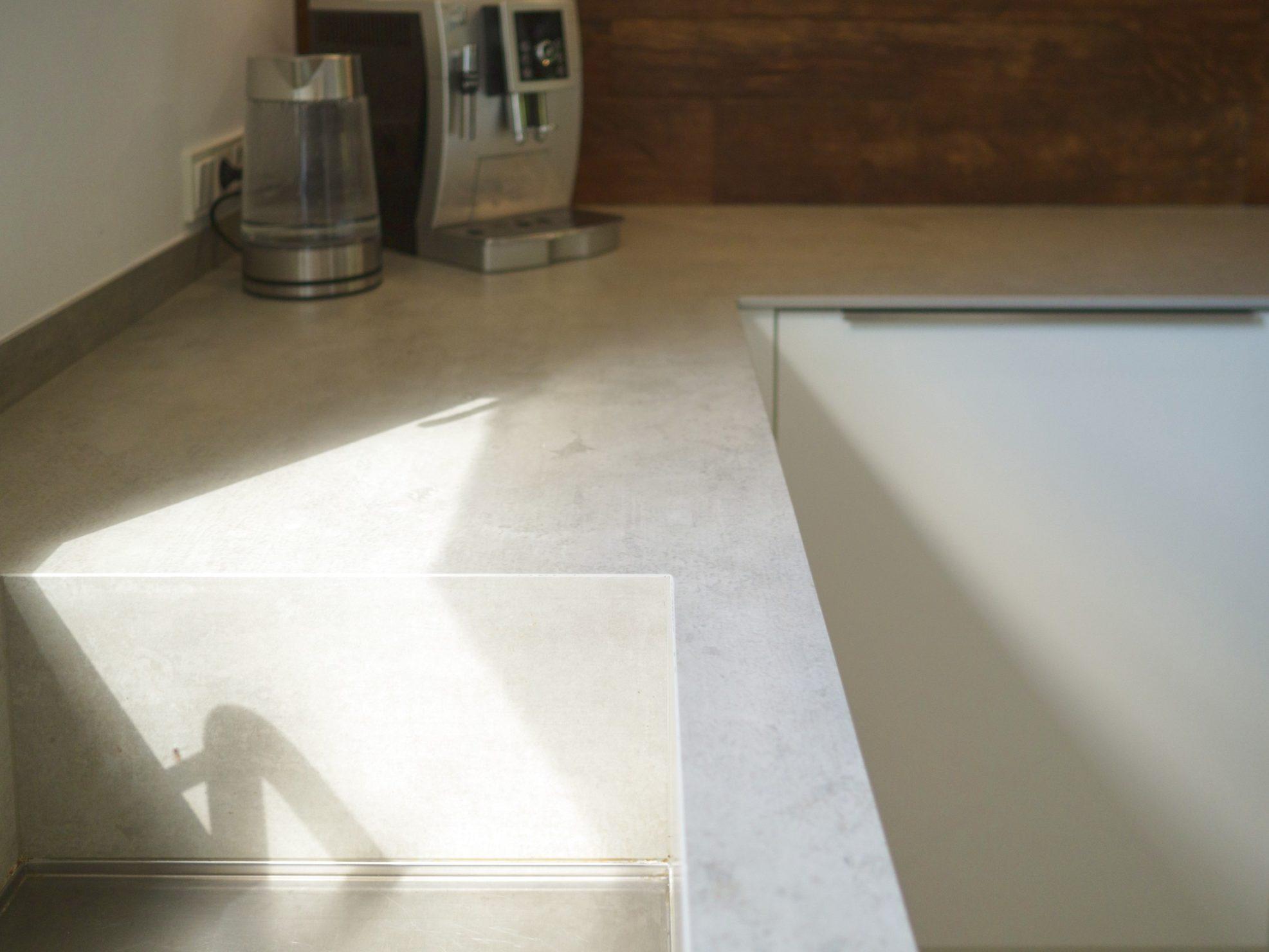 Kueche Fachwerkhaus Hochglanzweiss Keramikarbeitsplatten Rueckwand Alteiche Schreinerei Miele Geraeten 13