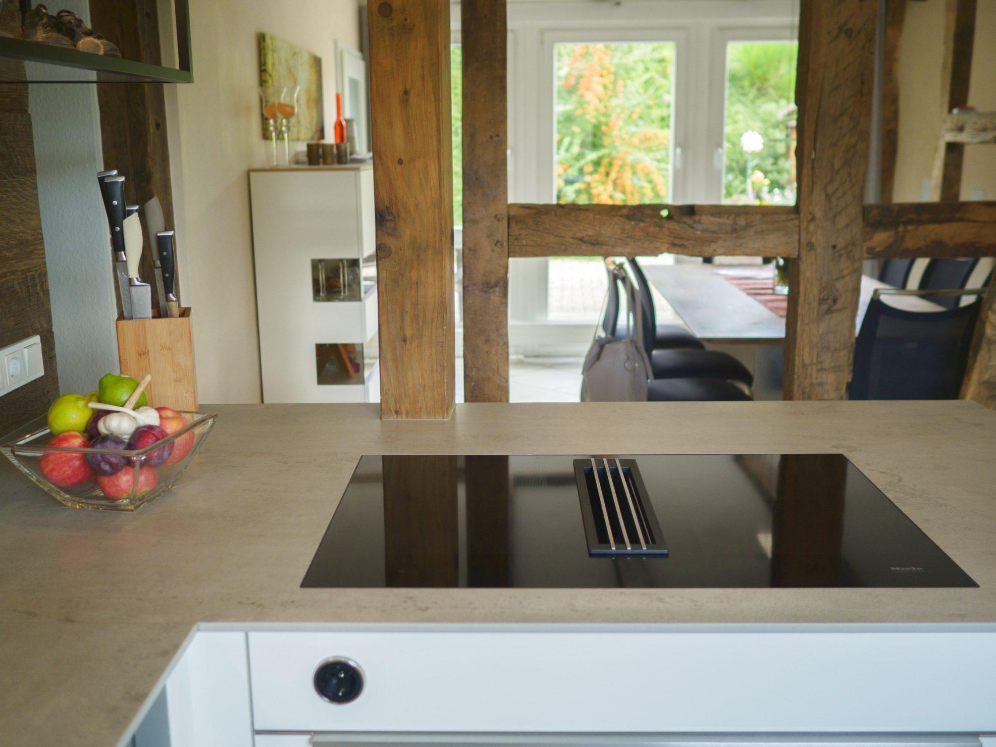 Kueche Fachwerkhaus Hochglanzweiss Keramikarbeitsplatten Rueckwand Alteiche Schreinerei Miele Geraeten 14