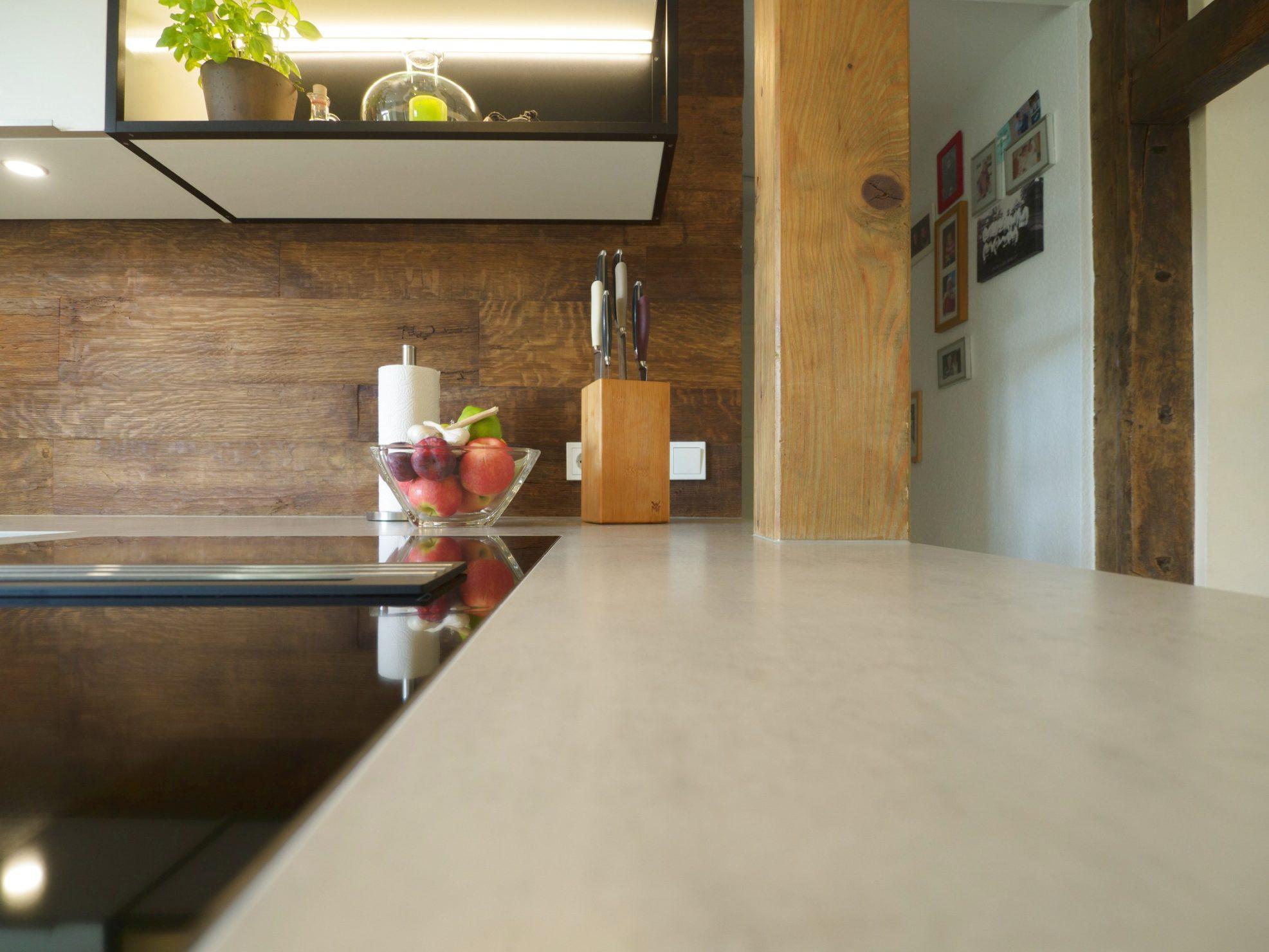 Kueche Fachwerkhaus Hochglanzweiss Keramikarbeitsplatten Rueckwand Alteiche Schreinerei Miele Geraeten 19