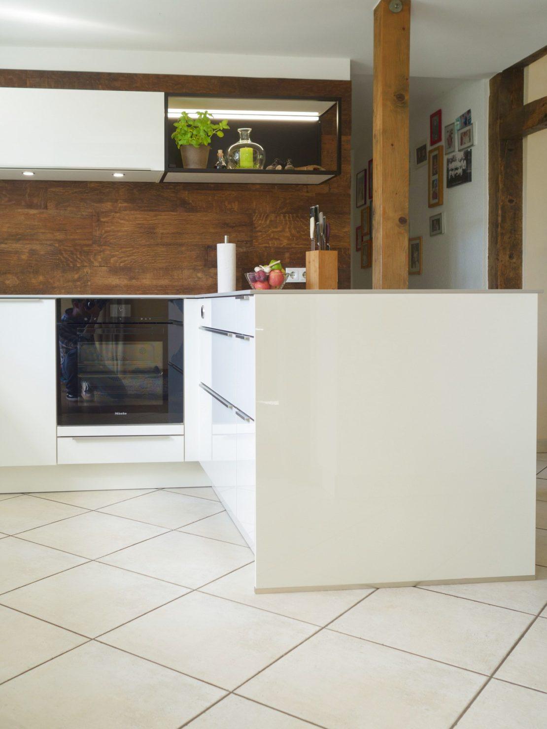 Kueche Fachwerkhaus Hochglanzweiss Keramikarbeitsplatten Rueckwand Alteiche Schreinerei Miele Geraeten 6