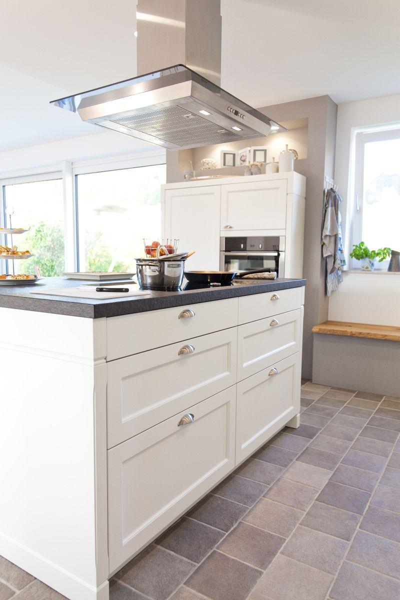 Rustikal modern küche  Moderne aber auch rustikale Küche im Landhaus-Design in weiß mit ...