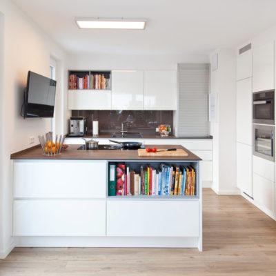 Moderne Küche Hochglanz Weiß mit Granitoberfläche grifflos mit Bora ...
