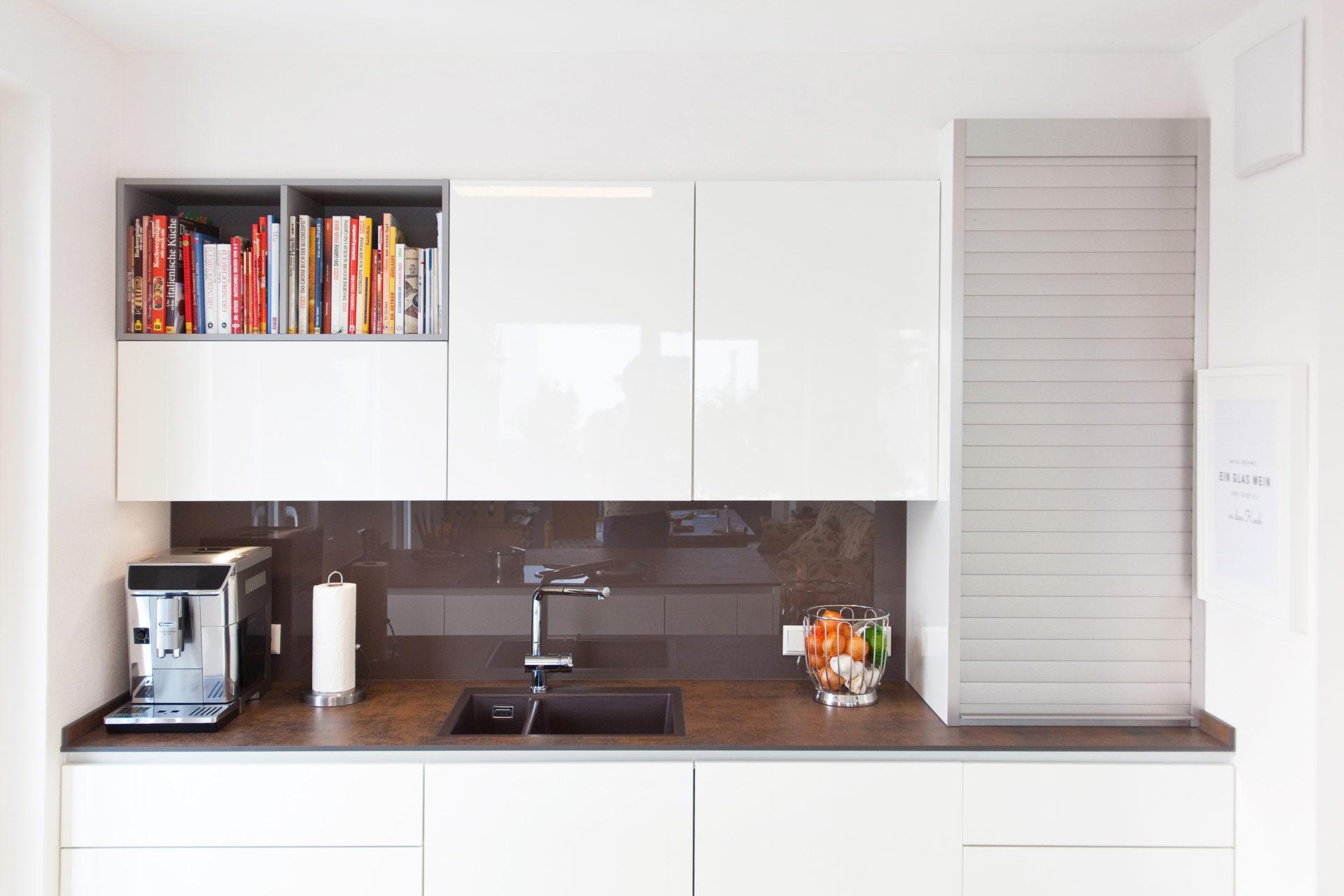 Moderne Küche Hochglanz Weiß mit Granitoberfläche grifflos mit Bora Basic und Miele Geräten ...