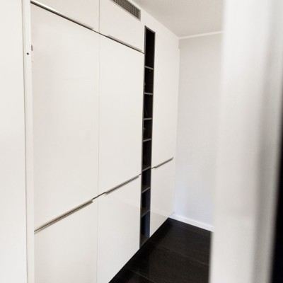 schranksystem küche voratsraum weiß hochglanz