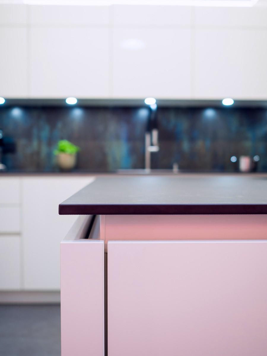 grifflose wei e k che hochglanz mit dekton arbeitsplatte bora kochfeld mit induktionswok und. Black Bedroom Furniture Sets. Home Design Ideas