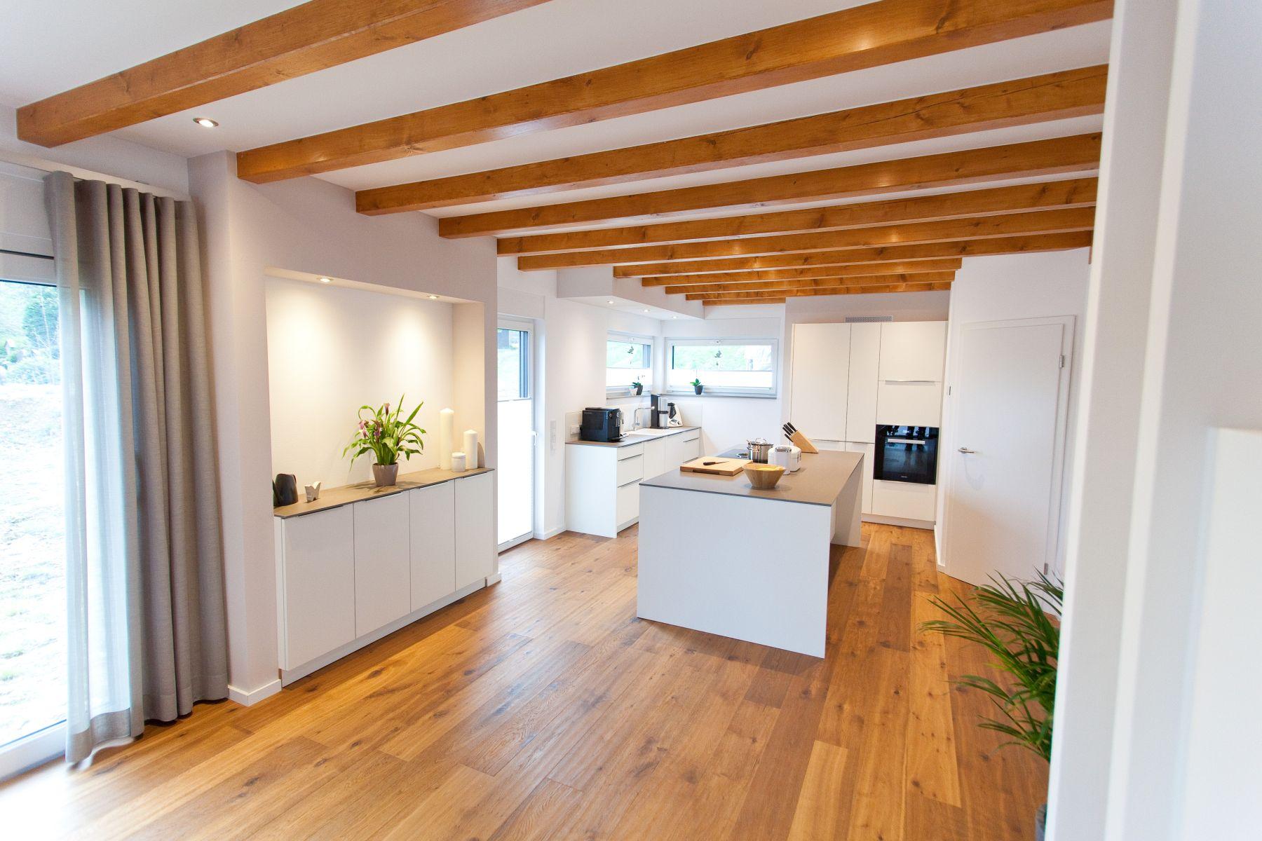 Weiße Küche modern in Szene gesetzt im Landhausstil mit Keramik-Arbeitsplatte und Bora-Kochfeld ...