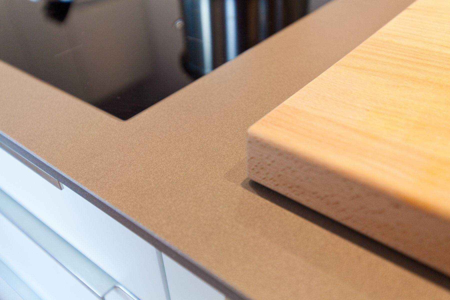 wei e k che modern in szene gesetzt im landhausstil mit keramik arbeitsplatte und bora kochfeld. Black Bedroom Furniture Sets. Home Design Ideas
